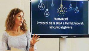 Blanca Moreno imparte la formación sobre acoso laboral.