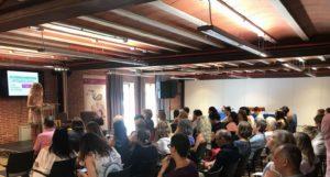 Blanca Moreno Triguero presenta a las ponentes para debatir alrededor de la brecha salarial y la poca presencia de mujeres en los espacios de decisión.